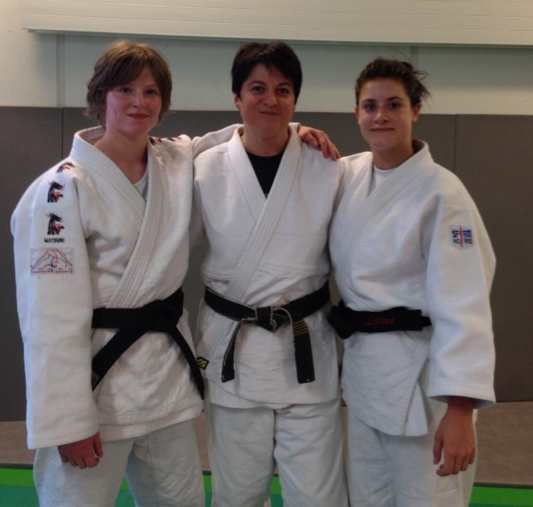Les deux ceintures noires avec leur professeur